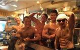 這家店裡的服務員的肉體也太惹眼了,這真的是燒烤店嗎
