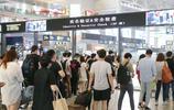 鐵路迎來暑期出行高峰,上海虹橋火車站候車廳入口隊伍壯觀