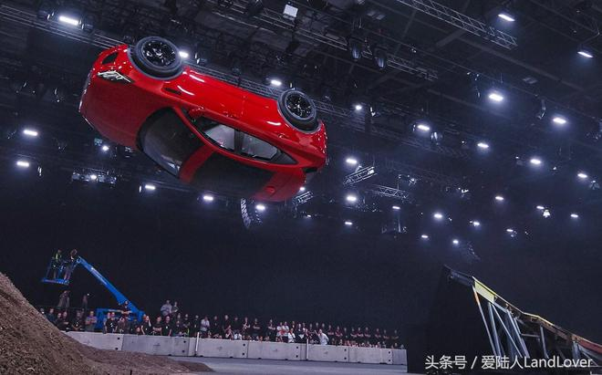 捷豹路虎全新捷豹E-Pace在倫敦進行了翻滾飛躍表演,創下迪尼斯世界記錄!歡迎欣賞精彩一瞬間
