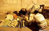 """農村70歲老人街頭賣菜還要""""倒貼""""女兒,兒子被打後離家出走"""