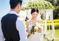 """如果新娘前男友在婚禮上挑釁說""""她最討厭睡覺的時候壓到她頭髮"""",新郎如何才能完美回擊?"""