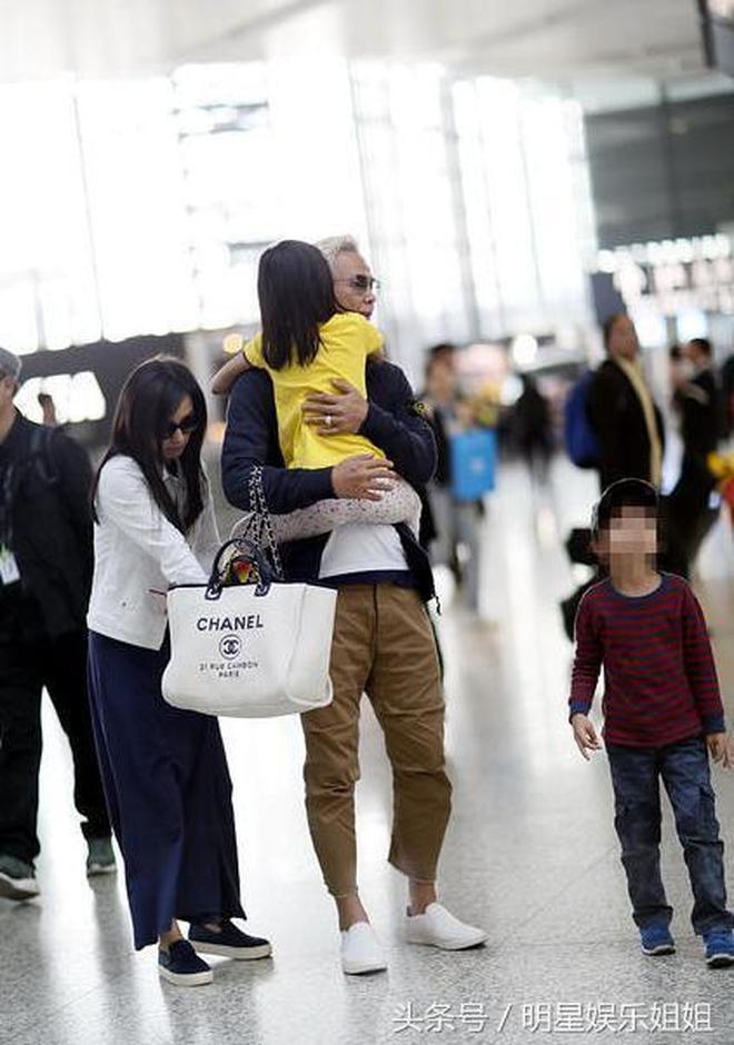 47歲張庭近照,孕肚明顯,疑追生三胎,丈夫老得似她的父親