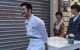 組圖:《中餐廳》路透曝光 黃曉明街頭攤煎餅楊紫王俊凱抬桌子