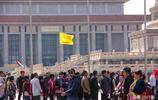 實拍天安門前國內外的旅遊團,遊客:看著導遊旗才不會走丟
