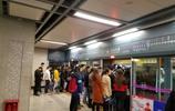 實拍:下雨天早高峰的西安地鐵站,人擠人勝過春運高峰