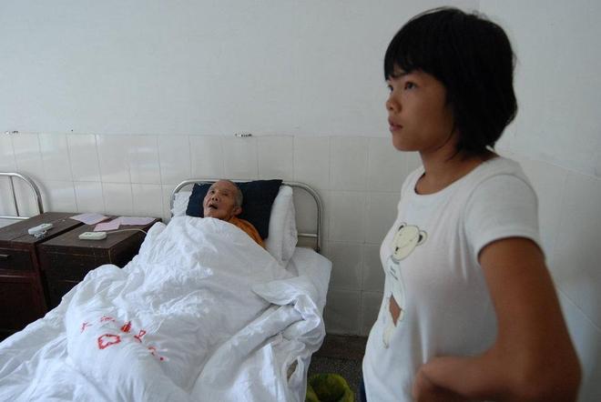 老僧人撿來女嬰撫養13年,摔傷後女孩用這種方式來報答養育之恩!