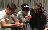 謝霆鋒中秋節與父母一起過,沒有兒子的陪伴三人只能玩手機