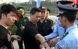 越南為順利向中國移交77名罪犯包飛機押送,廣西交警出動維持秩序