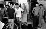 老照片:20多年前打工的農民工,圖5農民扒在列車門把上進城!
