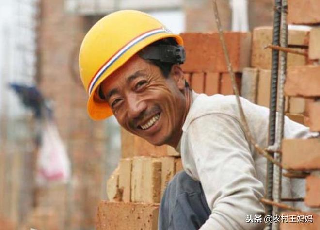 農村有些老人都60多歲了,為啥還外出打工,說出實情有些心酸