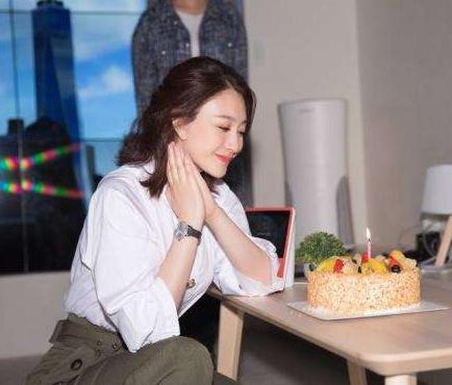 李小冉43歲生日晒美照,白襯衣搭綠闊腿褲太減齡,扎公主發好優雅