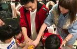 44歲林志穎分享親子時光,與三個兒子坐地玩耍,Kimi長成了大男孩