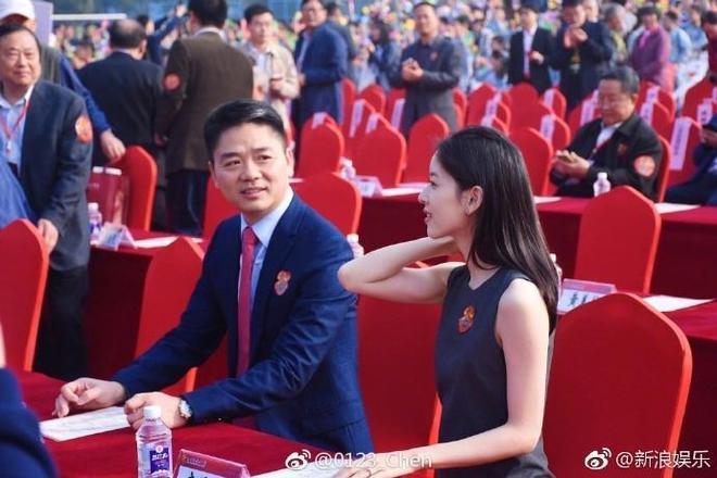 劉強東攜妻章澤天出席母校校慶活動,稱太太才是初戀,這狗糧撒得