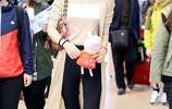 """韓雪穿""""奶茶色""""開衫現身機場,長髮突顯氣質,網友:太有氣質了"""