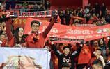 撒花!河北華夏幸福球迷看臺求婚,兩人幸福熱吻收穫掌聲