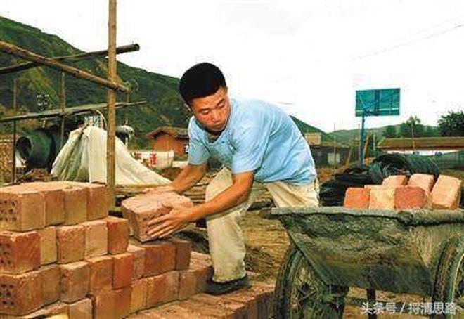 90後農村小夥為賺錢娶媳婦每天在工地搬上萬塊磚,衰成大叔!