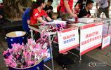 520重慶美女球迷們都手拿玫瑰入場為力帆助威 玫瑰玫瑰我愛你