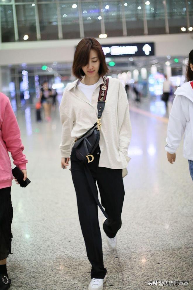 素顏女神王麗坤休閒穿搭亮相機場,手搭助理肩頭毫無星架