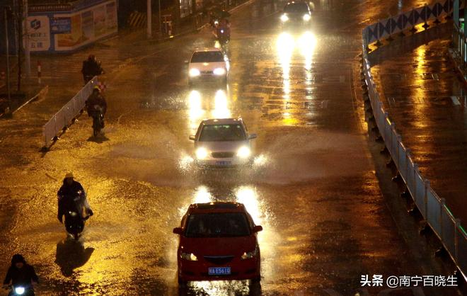 實拍:南寧突降暴雨多個主要路段積水 車輛破浪前行開車如開船