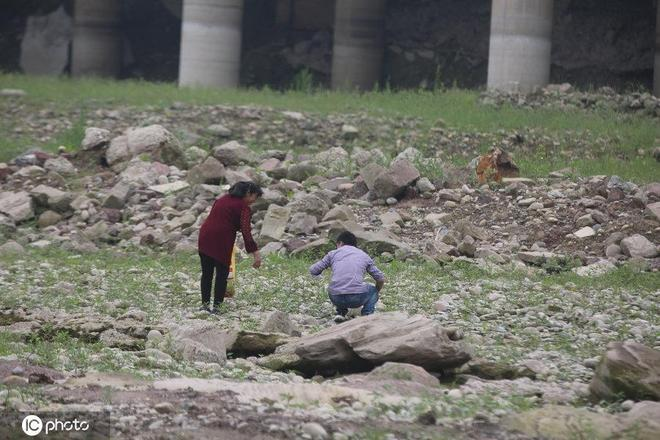 重慶市民齊聚千年碼頭淘金,有人一天掏3克,專家:假的