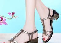 """矮個子的女人,上腳這""""美腳鞋"""",顯高不累腳,搭配裙子超好看"""