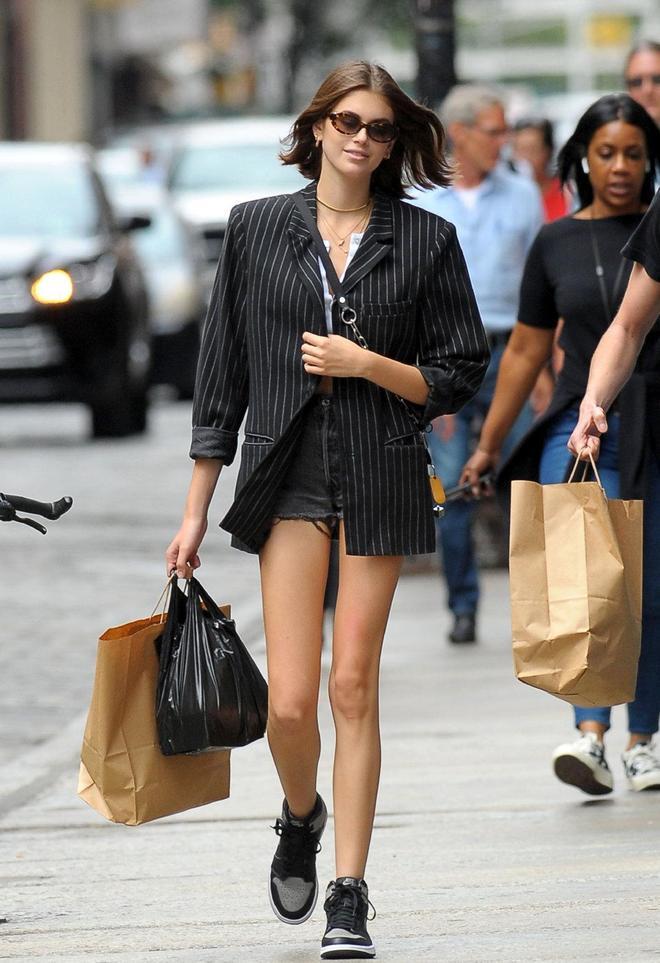 長腿妹妹與哥哥出街,穿西裝配短褲秀鴿子腿,高顏值兄妹真養眼