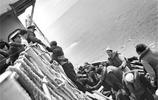 二戰老照片:被美軍俘虜的德軍潛艇士兵,圖6俘虜笑得很開心!