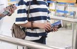 譚鬆韻口罩遮面眼神迷離現身機場,戴黑圓帽背雙肩包可愛似高中生