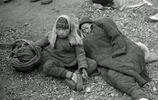 1942年河南大饑荒,300萬人被餓死,樹皮成為當時最好的食物