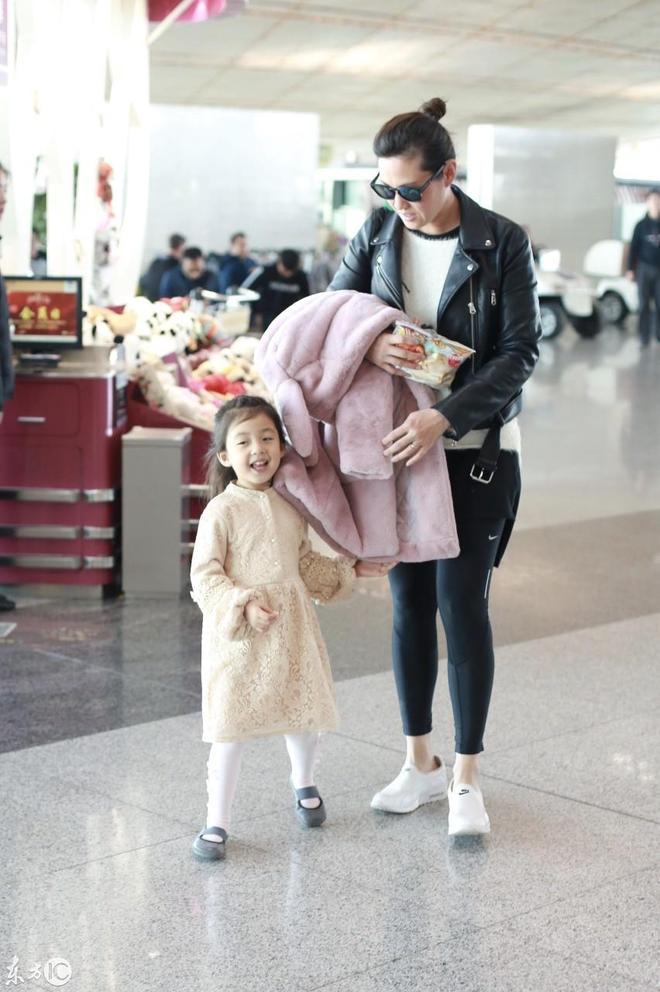小泡芙和媽媽王婉霏現身機場,網友:小表情萌翻了,太可愛了吧!