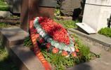直擊王明墓地:墓碑面朝祖國,墓前擺滿花環,附近為赫魯曉夫墓!