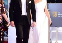 這是時尚較勁?凱特白裙驚豔梅根立馬一身白,輸給卡米拉天使造型