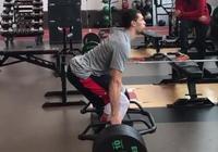 扎克-拉文訓練時硬拉184公斤槓鈴:輕鬆