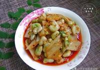 麻辣入味的胡豆拌牛皮菜,吃在嘴裡美味無比,還是小時候的味道