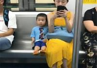 一節車廂兩種家庭,兩個孩子的未來讓人一眼看穿,家教真的太重要