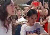 張庭夫妻帶女兒和員工吃飯,看到女兒的表情,網友:非常同情