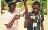 非洲哥們玩手機,自帶光伏發電,靠充電發家致富!