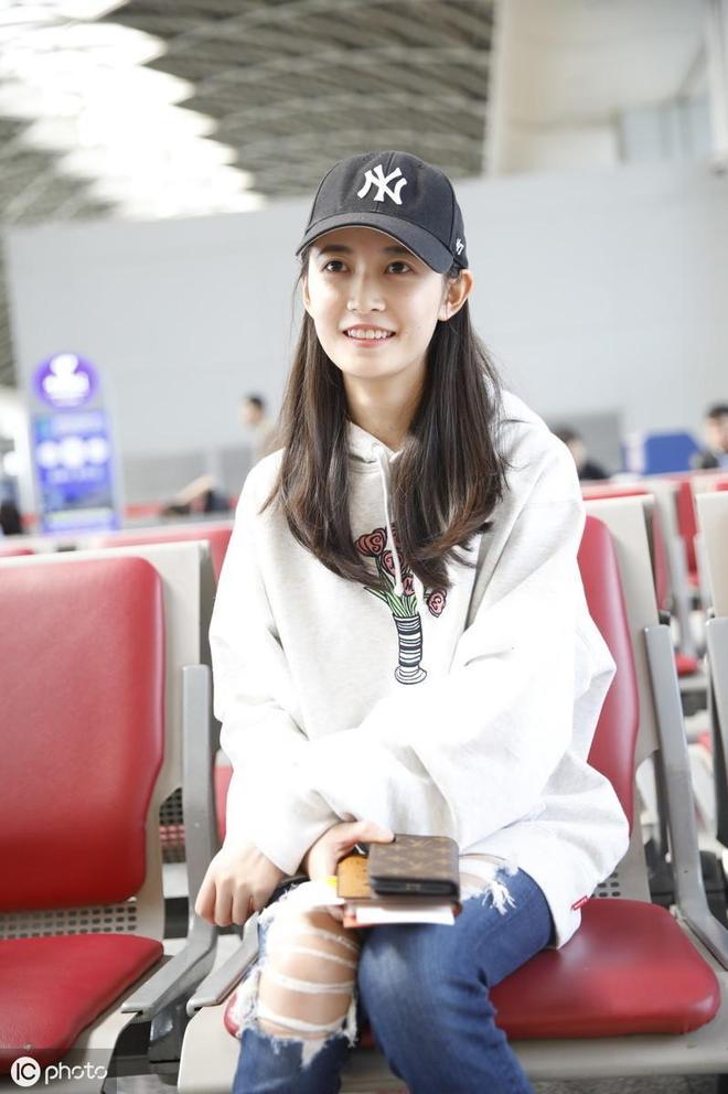 陳鈺琪身穿白色衛衣機場照片,優雅漂亮。
