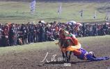 四川理塘:牧民盛裝喜賽馬