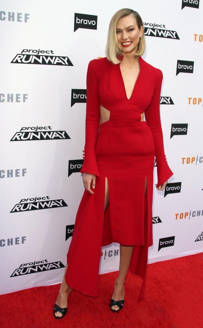 美國高挑模特卡莉·克勞斯紅色長裙出席洛杉磯時尚活動