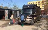 成龍大哥的豪華房車,被助理開去洗車,車頭一個標誌引起大家注意