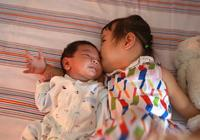 1歲寶寶以奶為主還是輔食為主?很多家長做錯,看看指南怎麼說