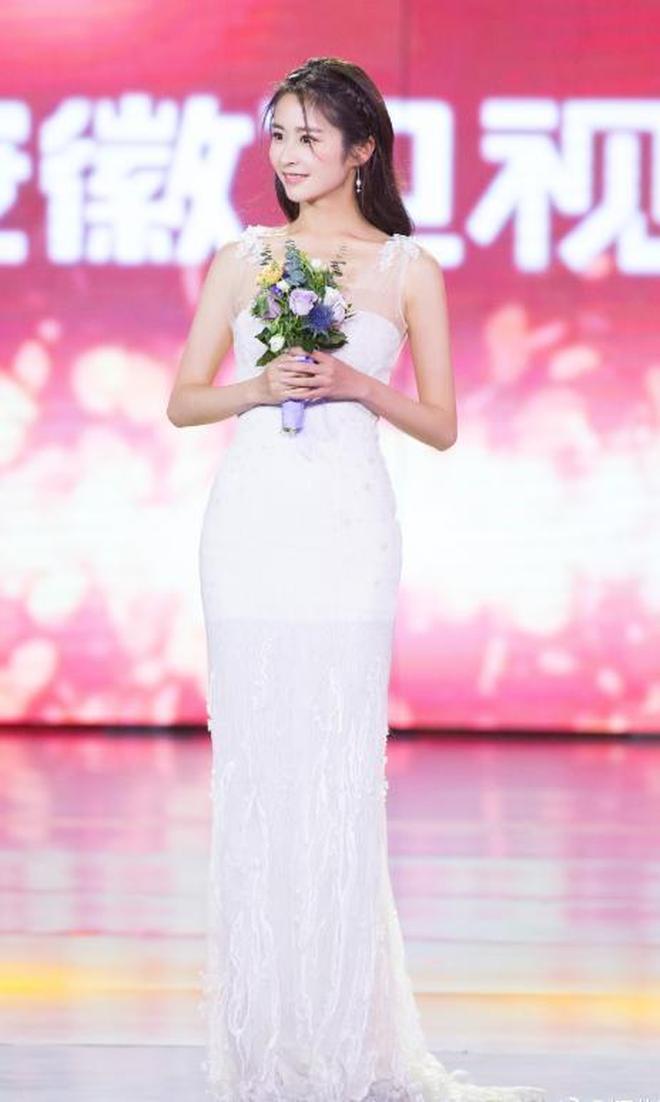 被穎兒美住了!早起出席活動的她,白色連衣裙仙氣十足
