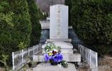 鏡頭下:趙麗蓉墓地,墓碑為漢白玉造,坐北朝南,莊重素潔!