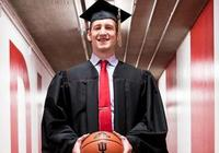 科迪-澤勒完成學業,從印第安納大學畢業