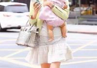 抱寶寶姿勢不正確當心以後駝背、羅圈腿、高低肩,快學習正確抱姿