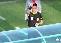 中國足球又鬧笑話,富力0-1負泰州!範雲龍替補席推倒球童,被紅牌罰下!你怎麼看?