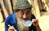 8旬老人,60歲光棍兒子不知所蹤,女兒又嫌他窮,只能靠蹭飯生活
