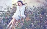 小智圖說-在戶外散心的幾位氣質美女,一位在綠葉花叢中賞花!