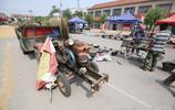 50歲農村鐵匠大哥開著拖拉機來大集上賣農具,有的是神器